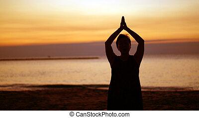 Namaste, silueta, asiático, 3º edad, playa, meditación,...
