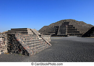 Impressive view to pyramid of the moon and avenida of the...