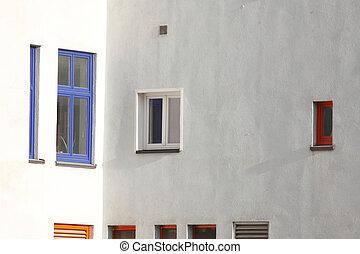 Fenster - weisse Hauswand mit blauen Kunststoffenstern