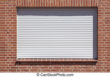 Fenster mit heruntergezogenen Rolläden