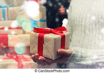 regalo, Dar, mano, nuevo, año