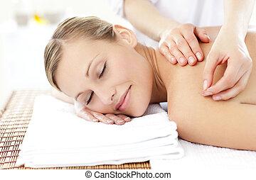 Radiante, mujer, recibiendo, acupuntura, tratamiento