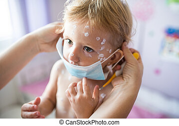 pequeno, protetor, varicela, dela, Dar, máscara, mãe, menina