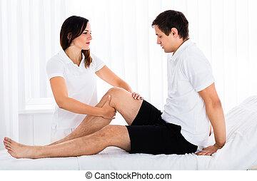 uomo, terapeuta, massaggio, gamba