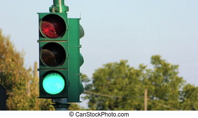 traffic light that goes from green to yellow and then red