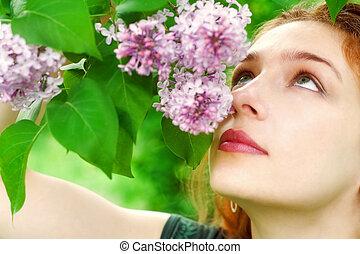 jovem, mulher, cheirando, lilás, Flores