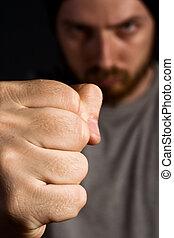 agressivo, homem, mostrando, seu, punho