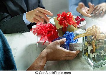 regalo, Dar, creativo, mano, y, CO, trabajador, Escoger,...