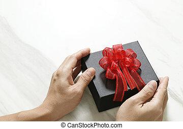 regalo, Dar, hombre, mano, tenencia, Un, regalo, caja, en,...