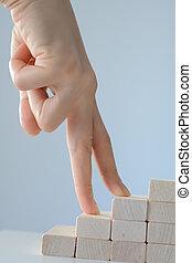 feito, blocos, madeira, mão, escalando, escadas