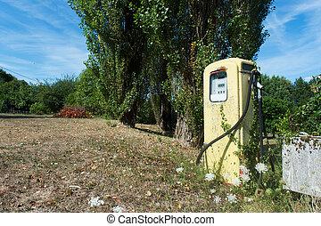 Pomp fuel station - Single vintage pump fuel station for...