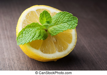 Green mint leaves with lemon