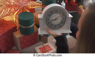 woman watch 10 minutes until the new year.