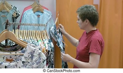A customer searches the best suitable size for her