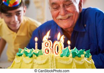 Menino, soprando, velas, aniversário, bolo, Partido, Sênior,...