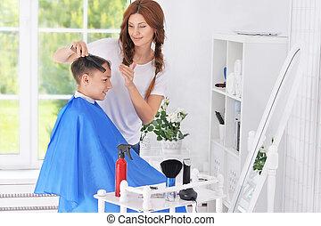 Menino, corte cabelo, obtendo