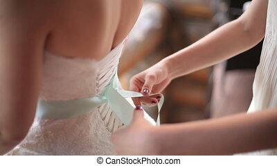 friend Help the bride to wear a wedding dress