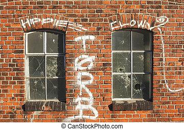 Alte Fenster mit Backsteinhauswand