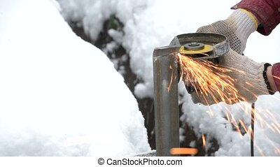 Cutting iron L-bar with angle grinder - Hands in gloves...