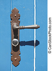 Türschloss - Alte, blaue Holztür und Türschloss aus Metall,...