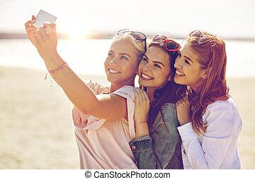grupo, toma, sonriente, playa,  selfie, mujeres