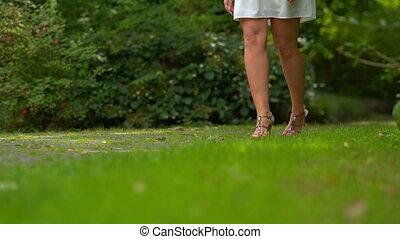 the girl walks through the Park