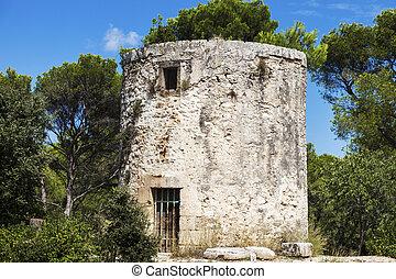 Old mill in Fontvieille - Moulin de Daudet. Fontvieille,...