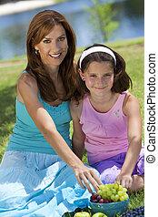 女, 娘,  &, 健康, フルーツ, 食べること, 母, ピクニック, 女の子