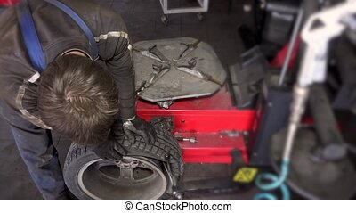 worker dismount tire from wheel.