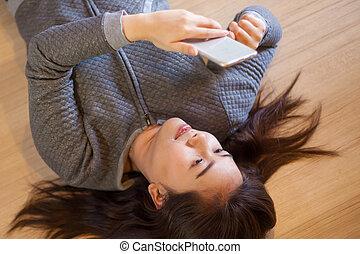 usando, mulher, jovem, esperto, telefone