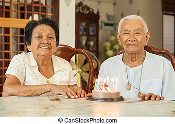 vivendo, sala, par, Asiático, segurando, bolo, Sênior,...