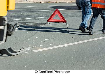 Unfall, Autoteile und Warndreieck auf der Straße. -...