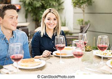 amigos, algum, mulher, comer, bonito