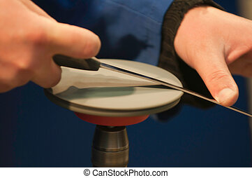 Knife sharpening on the spinning disk, selective focus