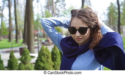 beautiful young woman in sunglasses posing in Park
