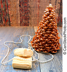 Gold Christmas tree made of shells with cookies - Gold...