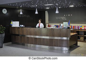 sonriente, mujer de negocios, recepción, escritorio