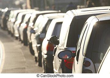 Parkende Autos im Gegenlicht