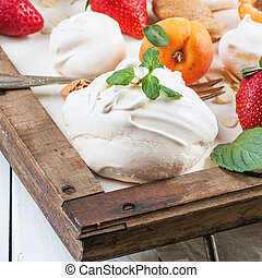 Meringue with apricot and strawberry - Homemade meringue...