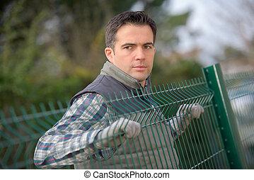 fencing erector working