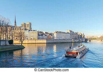 Paris. Ile de la Cite in a sunny winter morning. - A view of...