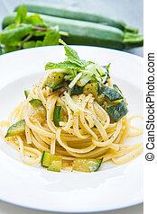 prato, hortelã, espaguete, folhas, abobrinha