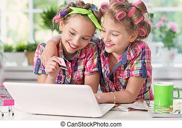 Cute tweenie girls with laptop - Cute tweenie girls in hair...