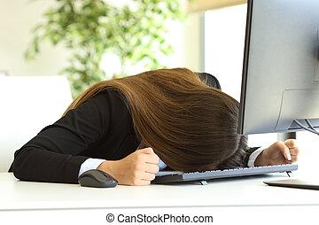 mujer de negocios, cabeza, el golpear, contra, tabla