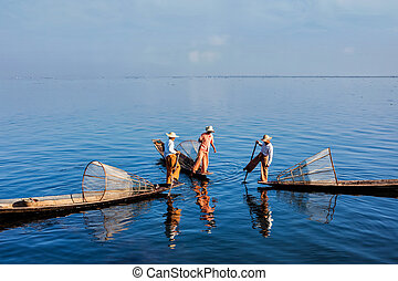Traditional Burmese fisherman at Inle lake, Myanmar -...