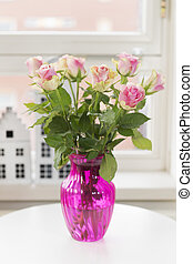 Bouquet roses in interior - Pink bouquet roses in vase in...