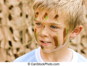 Chłopiec, jego, młody, kamuflaż, twarz, malować