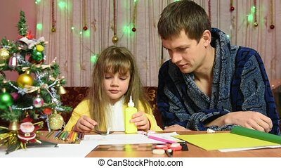 Dad is watching a daughter element sticks to the New Year's hand-made article