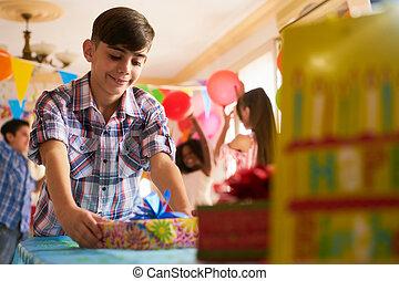 kind, geburstag, Setzen, während,  party, Daheim, Tisch, Geschenk