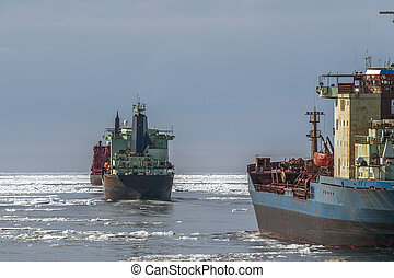 Ship in a caravan for the atomic icebreaker - According to...